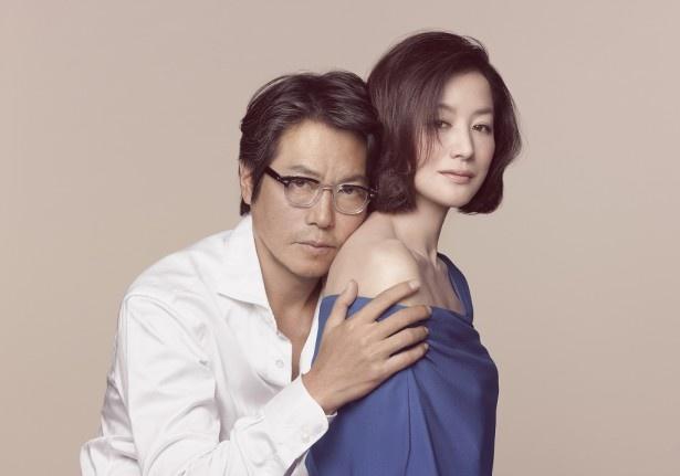 「連続ドラマW 荒地の恋」でスキャンダラスな不倫関係を演じる豊川悦司と鈴木京香