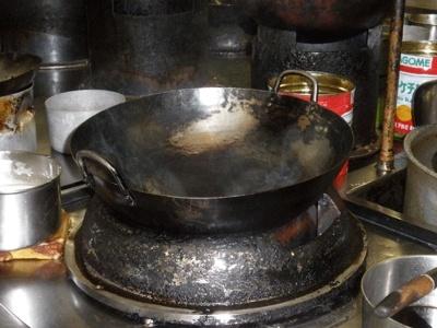 炒飯制作前、油をひいた鍋からは湯気が出始めています(見えづらいですが)