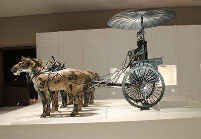 始皇帝の御用車「1号銅車馬」(複製)は、始皇帝陵西側の地下坑に納められた青銅製の馬車