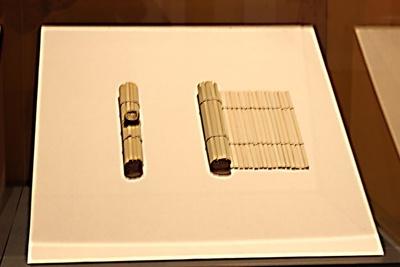 秦漢時代の重要な文書はひもで縛り、ひもの一部を粘土でくるみ、責任者の印を押して封印とした。それが「封泥」
