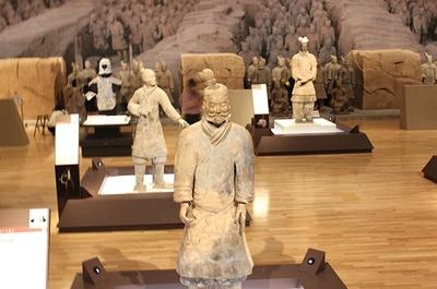 さまざまな兵馬俑(複製)が展示されている会場の様子
