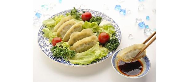 「冷やし餃子サラダ」は、宇都宮餃子とサラダをドレッシングで食べる(550円/来らっせ)