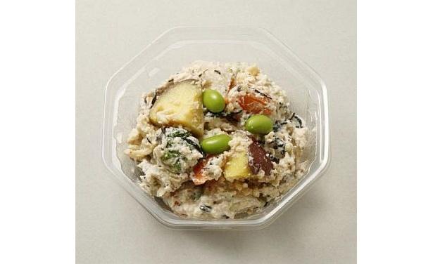 「おからのゴロゴロ野菜サラダ」(198円/関東限定)はサツマイモ、レンコン、ニンジン、ブロッコリーなどの野菜がゴロリ!