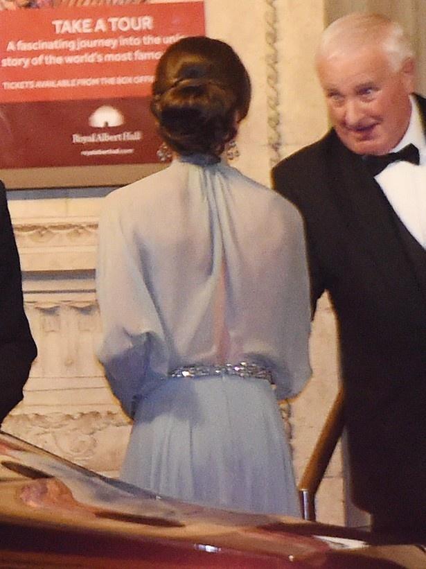 下着の線が見当たらないため、ノーブラでドレスを着用していたことが明らかに... 下着の線が見当た