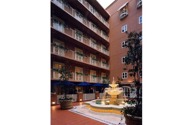 噴水がなんとも印象的な「なんばオリエンタルホテル」