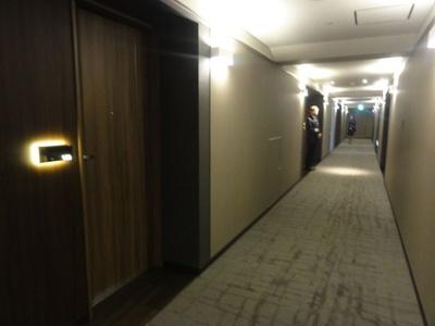 廊下の絨毯は、新大阪駅を俯瞰したように見えるデザイン