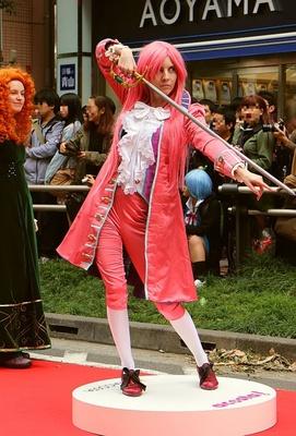 「池袋ハロウィンコスプレフェス2015」のパレードの様子。全身ピンクの騎士