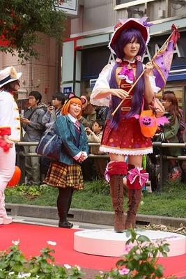 「池袋ハロウィンコスプレフェス2015」のパレードの様子。翼の付いたパンプキンバッグがラブリー