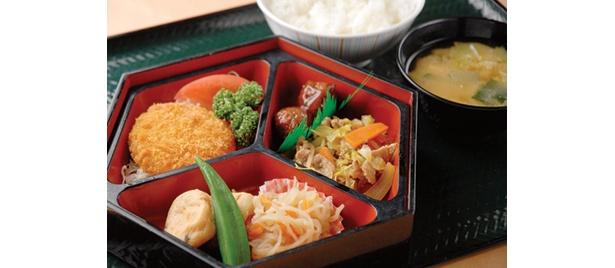 中野区の「中野満点食堂」より、一汁三菜定食(580円)