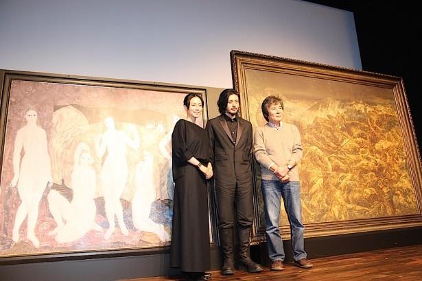 【写真を見る】オダギリジョーと中谷美紀、謎多き日本人画家・藤田嗣治の巨大レプリカ絵画とともに登場!