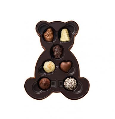 可愛らしいクマ型パッケージに入った「ノエル ルミヌ ベア アソートメント」(7粒入3024円)。クリスマス限定「ノエル」3種、定番トリュフとチョコレートの詰め合わせ