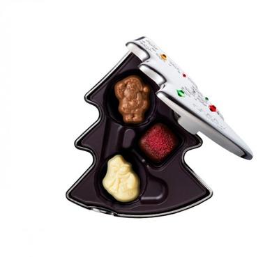 キラキラ輝くツリー型のパッケージに入った「ノエル ルミヌ キープセイク」(3粒入1836円)。限定チョコ「ノエル」2種と定番チョコの詰め合わせ
