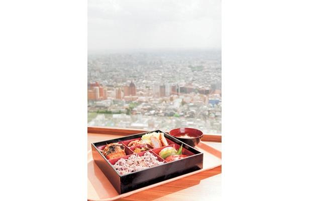 晴れた日には富士山も見えるロケーションは都庁ならでは。第一庁舎32階の「西洋フード」へGo!