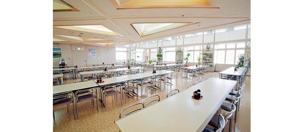 第一本庁舎32階南の西洋フードは、テーブルの間隔が広いゆったりしたつくり