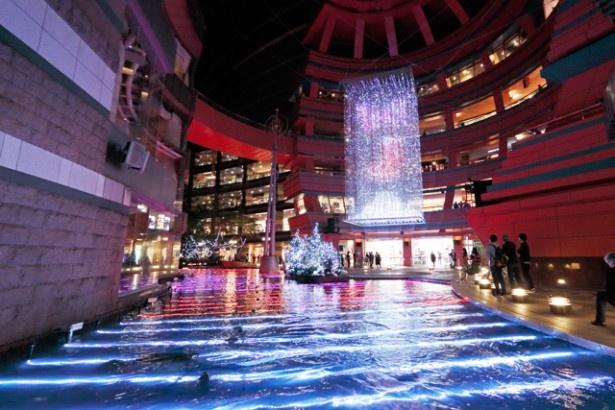 """音と光と噴水がキャナルシティのサンプラザステージを彩る。最新のテクノロジーが生みだす""""未来""""のクリスマスを体験しよう!"""