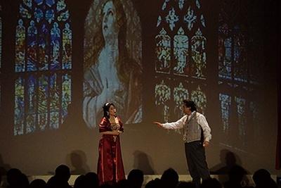 "「Foto Opera」とは、物語の情景に合わせた""Foto(写真)""をスクリーンに投影し、紙芝居のような仕かけで展開するオペラ"