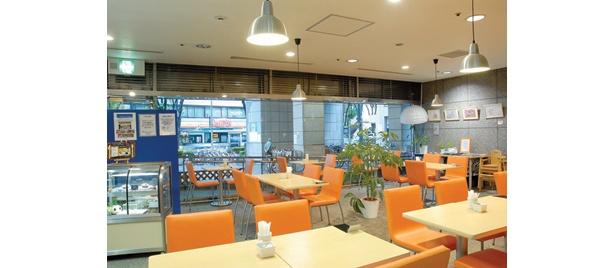 杉並区役所の「Fika Fika」は、欧風調の家具で統一された空間だ
