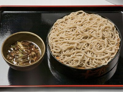 東京高等裁判所「藪伊豆」の「きざみ鴨汁そば」は480円。ワンコイン価格でコシのある生そばを!