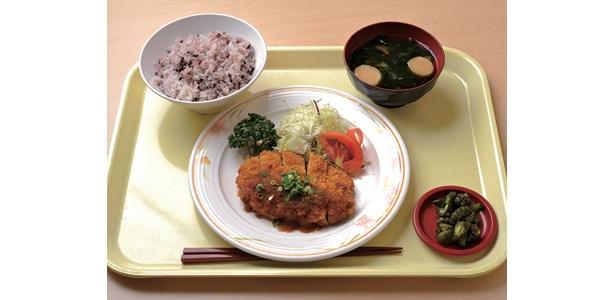総務省・職員食堂の「日替わりのD定食」は570円。白米は五穀米などに変更可能だ