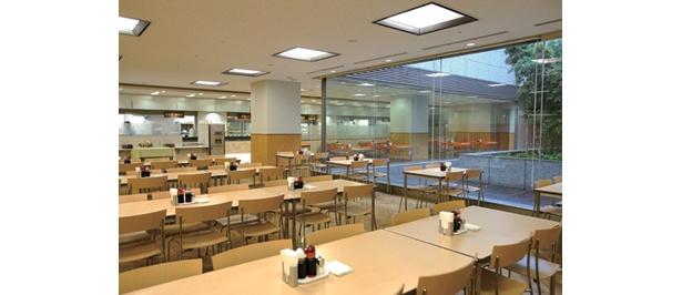 総務省の職員食堂は、中庭を望む明るい店内