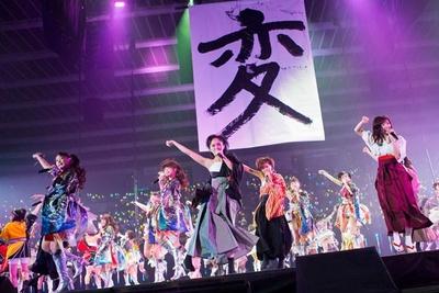 <1日目>渡辺美優紀が書き上げた「変」を掲げ、パフォーマンスするNMB48