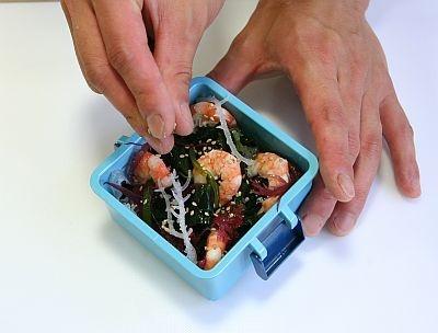 【使い方2】料理を詰めたら、凍らせたフタをセット!