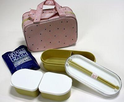 クーラーランチは保冷バッグに弁当箱と箸、保冷剤がセットに。セットなのでピッタリサイズなのがいい