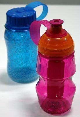 クールギアシリーズ。ボトルタイプのディープフリーザーS(左、1050円)と、ストロータイプのリトルスパイク(右、892円)