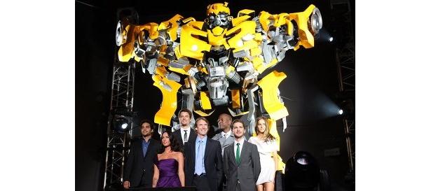 前列左から:ミーガン・フォックス、マイケル・ベイ監督、シャイア・ラブーフ、後列左から:ラモン・ロドリゲス、ジョシュ・デュアメル、タイリース・ギブソン、イザベル・ルーカス