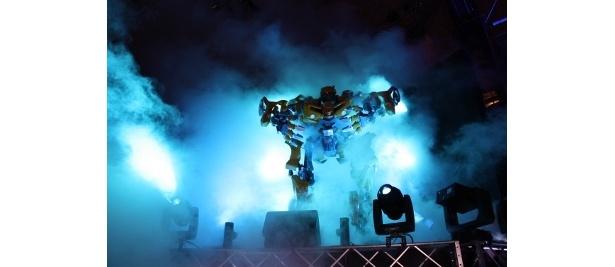 カマロがロボット「バンブルビー」に変身