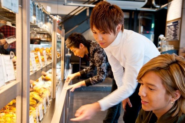店頭に並ぶ焼きたてのパンを眺めながら、思わず笑顔になる3人。詳しくは、福岡ウォーカー12月号をチェック!