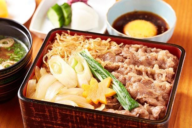吉澤の「ミルフィーユすき焼き重~肉汁卵付き~」(1620円)は、肉と米のハーモニーが至高!