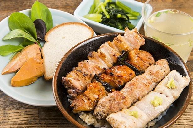 京橋 伊勢廣 本店の「鶏レバーの和風コンフィ付き焼鳥4本丼」(1850円)には、4時間半かけて作った鶏スープもついてくる