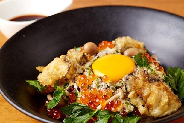海宝 高田馬場店の「イクラ輝く!牡蠣天とろろ丼」(1200円)は、国産ワサビがいい刺激を与えてくれる