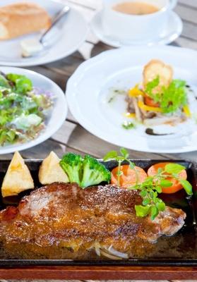 「森のログレストラン アラスカ」の人気メニューは、「サーロインステーキランチセット」(2265円)
