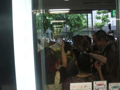 YOSHIKI到着時の書店入口を中から撮影