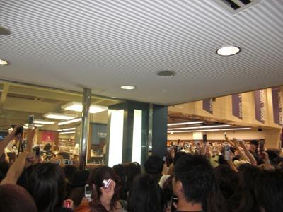 入店後、本の陳列前のYOSHIKIに集まるファン