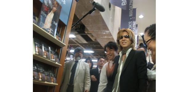 自身の本の陳列前で対応するYOSHIKI