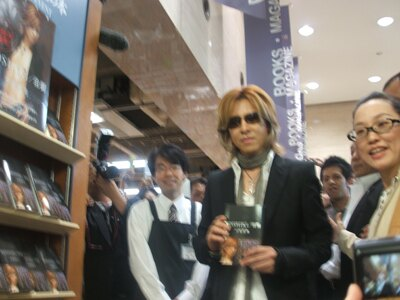 自身の本の陳列前で本を手にとるYOSHIKI