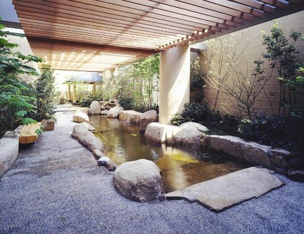 東京ドームシティの地下1700mからくみ上げる天然の露天温泉。琥珀色の塩化物強塩温泉は肩こりや冷え性のほか、美肌効果もある