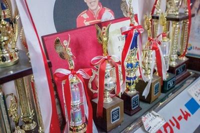 オーナーは世界8か国のテレビで特集され、マジックマスターズオープン・ワールドトーナメントで2年連続優勝経験があるタジマジック氏