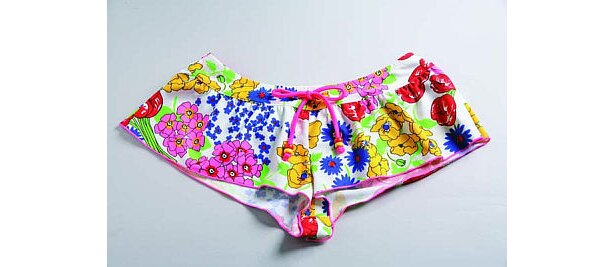 体型カバー効果もある優秀水着だ。ビキニ(セットで1万5750円)