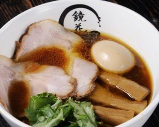 「鏡花」の極醤油ラーメン(1000円)。数種類の醤油を使用した清湯醤油スープは、鶏のふくよかな旨味と鶏油の甘味が調和した厚みのある味わい