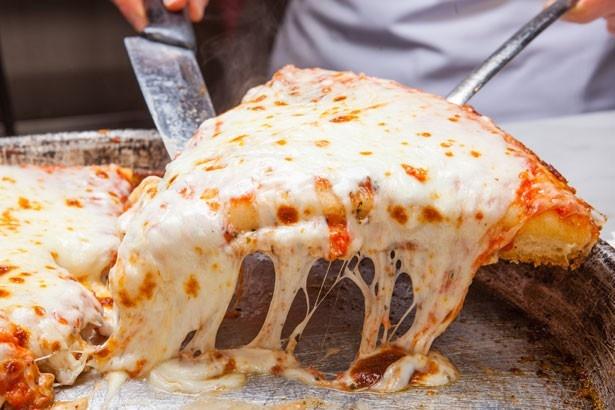 スポンティー二の「マルゲリータ」(1ピース830円、1ホール4800円)。厚めの生地に、こんがりと焼けたとろけるチーズをたっぷりとON。ふわふわとろとろの食感に、思わず笑顔がこぼれる