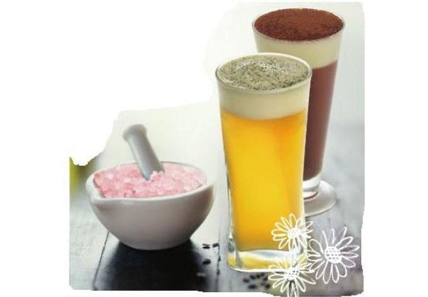 台湾茶カフェ彩茶房の「岩塩チーズ四季春茶 」(Mサイズ500円~)。甘く濃厚なチーズクリームをお茶の上にのせ、岩塩をトッピングした日本初上陸の斬新なドリンク