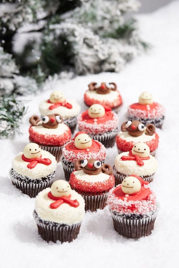 ローラズ・カップケーキの「サンタ」(562円)、「スノーマン」(562円)。サンタクロースやスノーマンをモチーフにしたカップケーキ。テーブルに並べるだけでクリスマス気分が上がる!