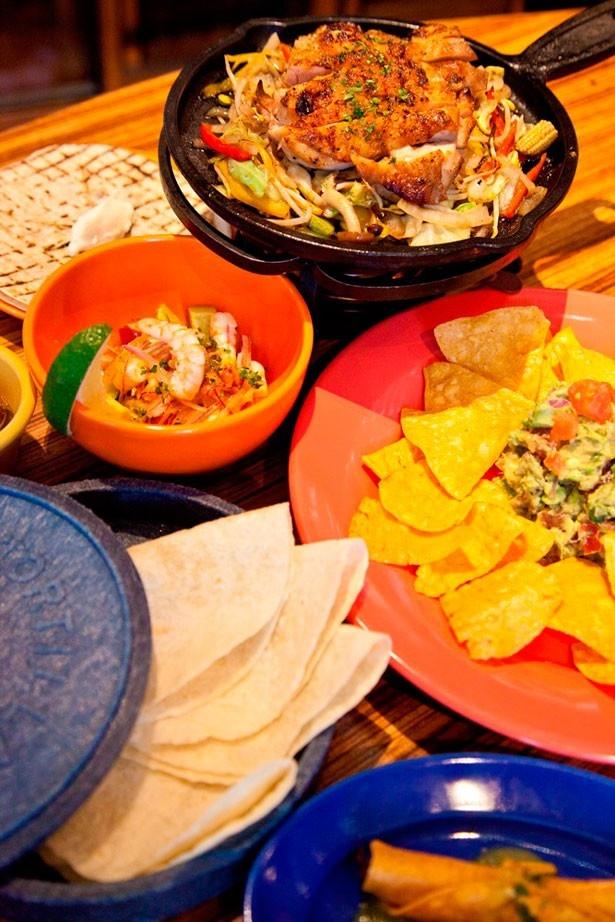 LAS DOS CARASの名物料理「GUACAMOLE」(写真右中・900円)。トマトやタマネギ、コリアンダーなどをアボカドと合わせたディップをたっぷりとつけて食べよう。カリカリのチップスも人気