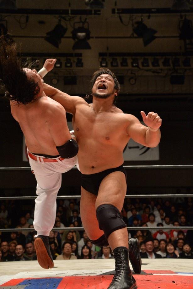 """【写真を見る】デスマッチ主体の大日本プロレスに""""ストロングBJ""""を築き上げた立役者・関本大介。得意技のラリアットで敵を粉砕する"""
