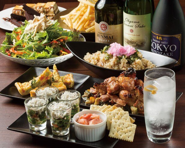 日本酒カクテル専門店のSAKE HALL HIBIYA BAR。「SAKENIC」(723円、手前右)は1杯目にぜひ。ワイン酵母を使う佐賀県「光武」をはじめ、7つの蔵元の酒がそろう