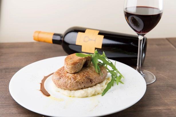 三笠バル IL COVOは、コスパ抜群のイタリアンバル。イタリア式ハンバーグの上に巨大なフォアグラがのった「フォアグラのせ自家製ポルペットーネ」(1598円)は、ぜひ味わいたい一品